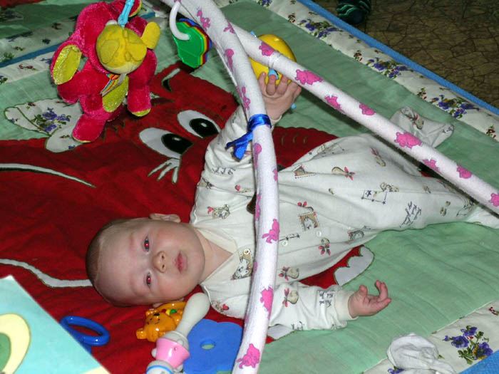 Фото малыша на самодельном коврике